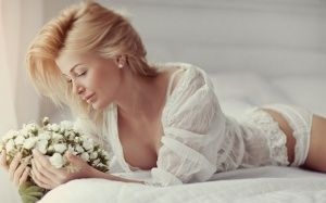 beautiful_girl_with_white_flower-1280x800