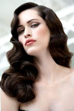 Свадебная винтажная прическа на длинные волосы