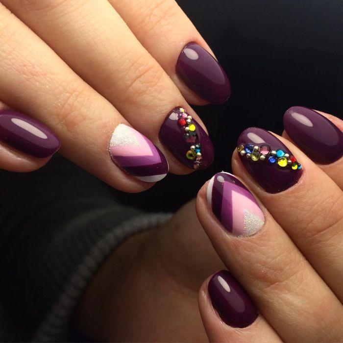 Фиолетовый маникюр с геометрическим дизайном
