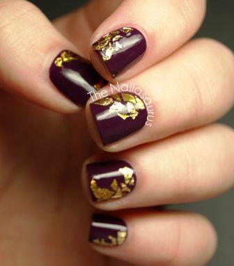 Фиолетовый маникюр с золотой фольгой