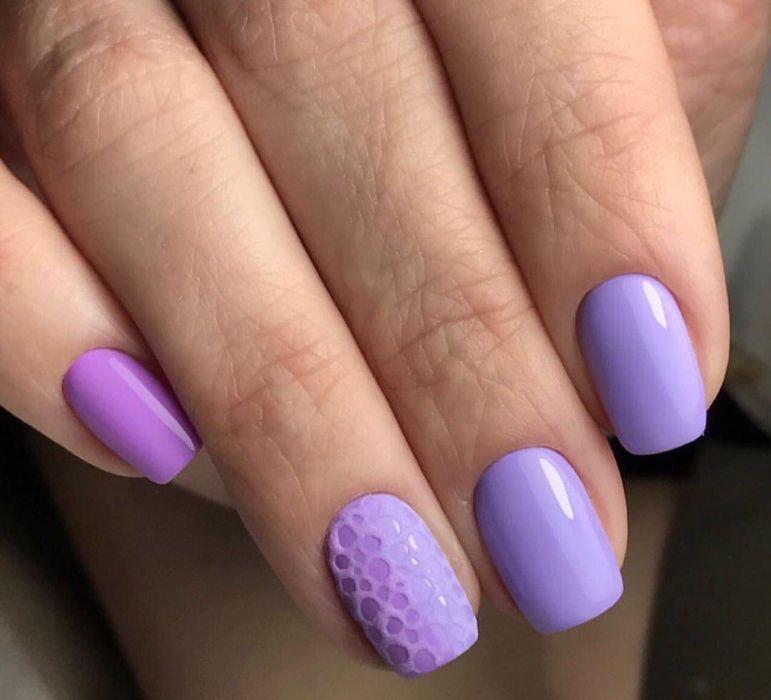 Светло-фиолетовый маникюр с дизайном песком