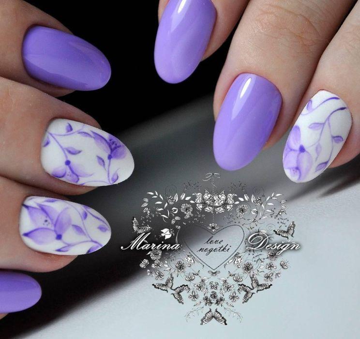 Фиолетовый маникюр с цветами