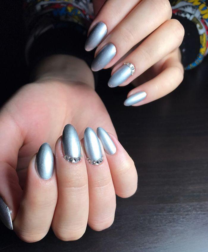 Осенний маникюр с блеском золота и серебра, фото