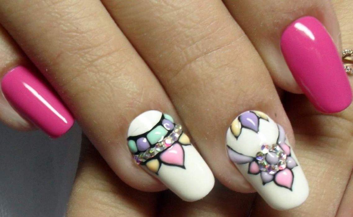 Лунный маникюр с цветами