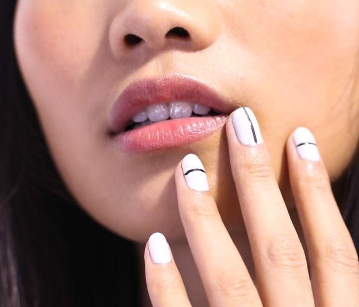Маникюр на короткие ногти: стильные тонкие полоски (фото)