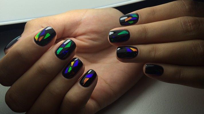 Витражный дизайн на коротких ногтях