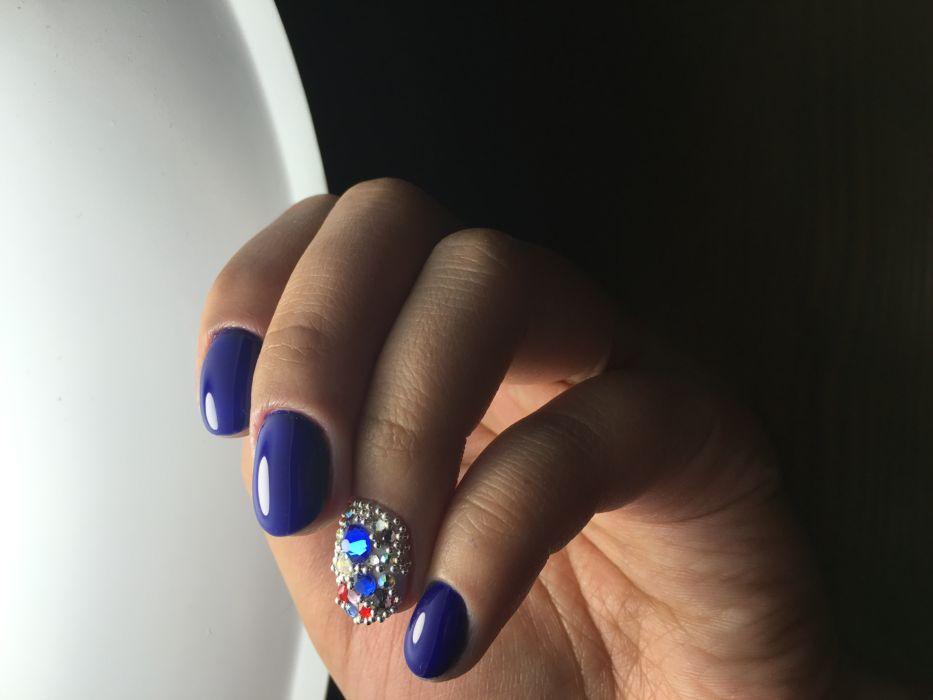 Синий гель-лак на ногтях