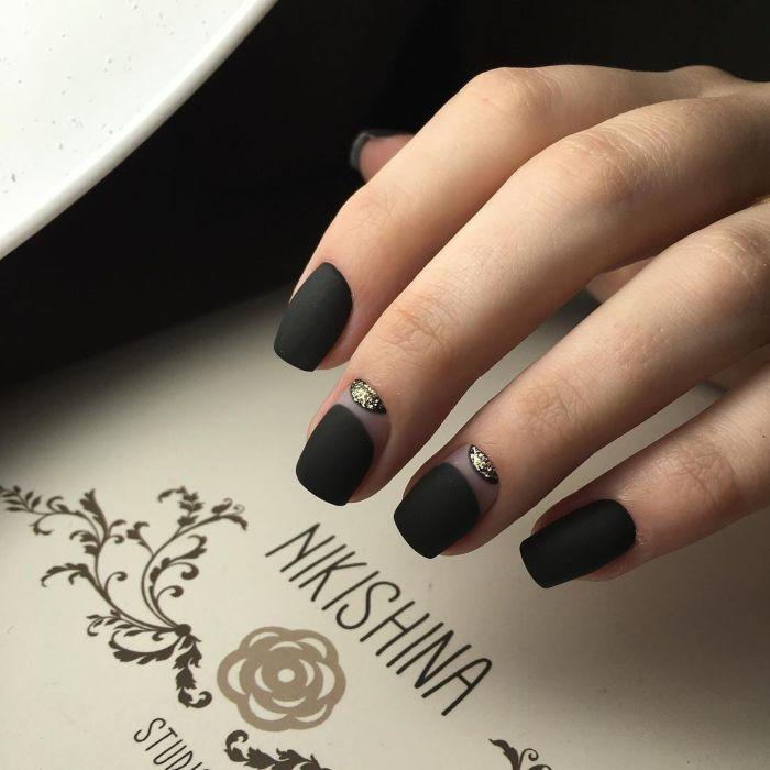Черный гель-лак на ногтях