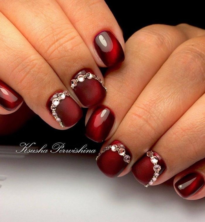 Бордовый гель-лак на ногтях