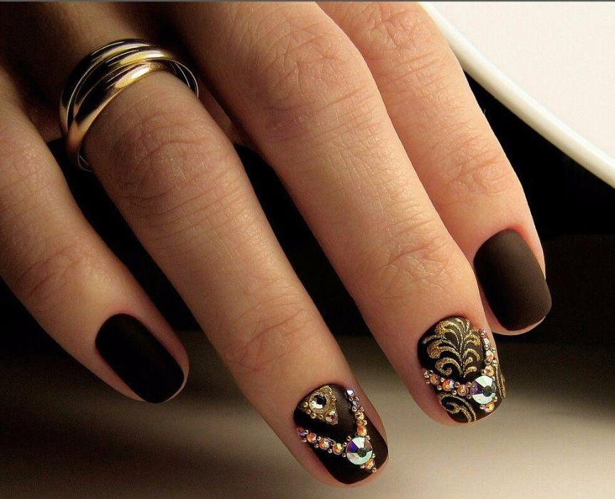 Коричневый гель-лак на ногтях