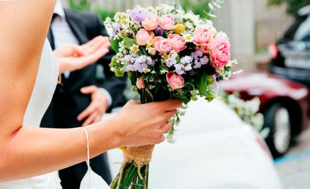 Свадебный букет невесты из роз — розовые и кремовые кустовые розы с орхидеями, гортензиями, ромашками, гвоздиками и другими цветами