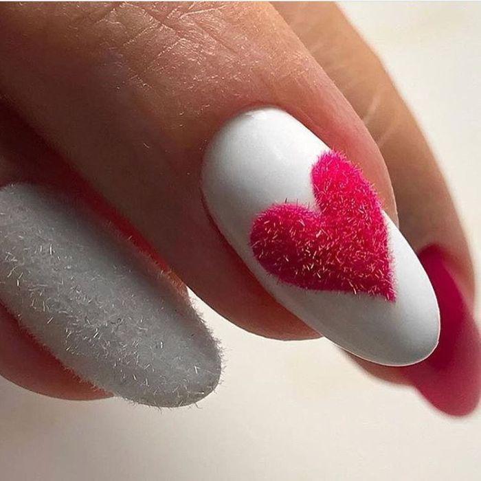 Маникюр на день Валентина с песком, пудрой или флоком