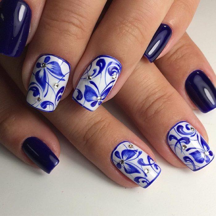 Маникюр с бабочками на ногтях в стиле гжель