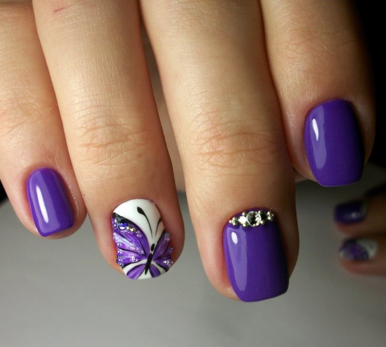 Бабочки на коротких ногтях