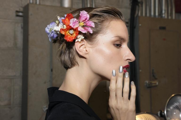 Модные прически с цветами 2018: фото