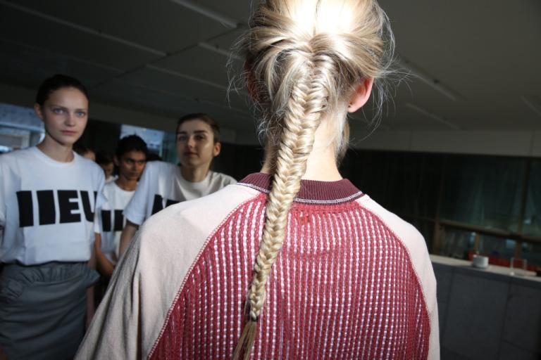 Модные прически с плетением из мелких косичек 2018: фото