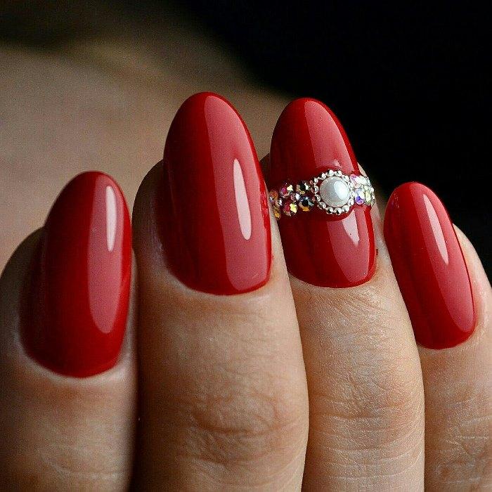 Несложный дизайн ногтей со стразами