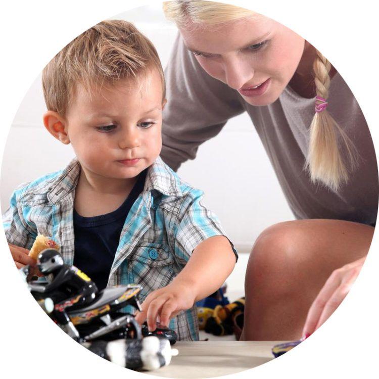Выбор игрушки для ребенка, фото