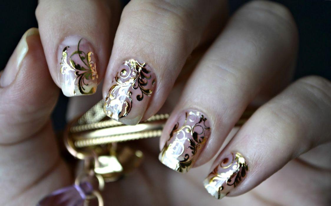Ногти гель-лаком с золотыми наклейками