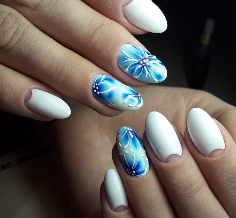 Голубые цветы гель-лаком на ногтях