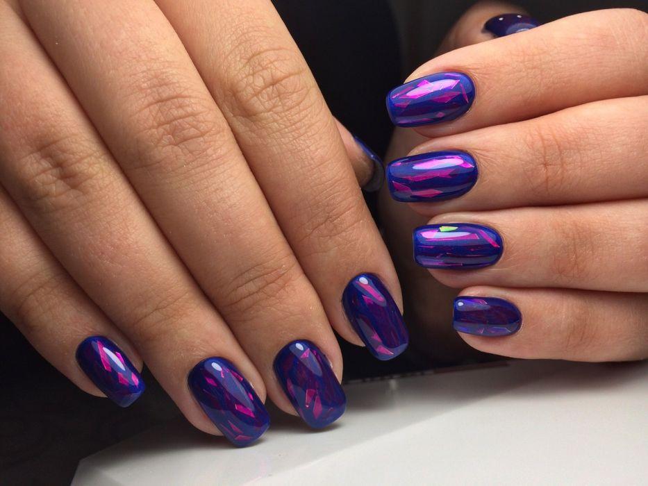 Дизайн битое стекло гель-лаком на синих ногтях