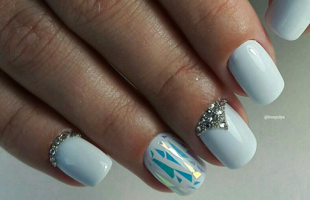 Дизайн битое стекло гель-лаком на белых ногтях