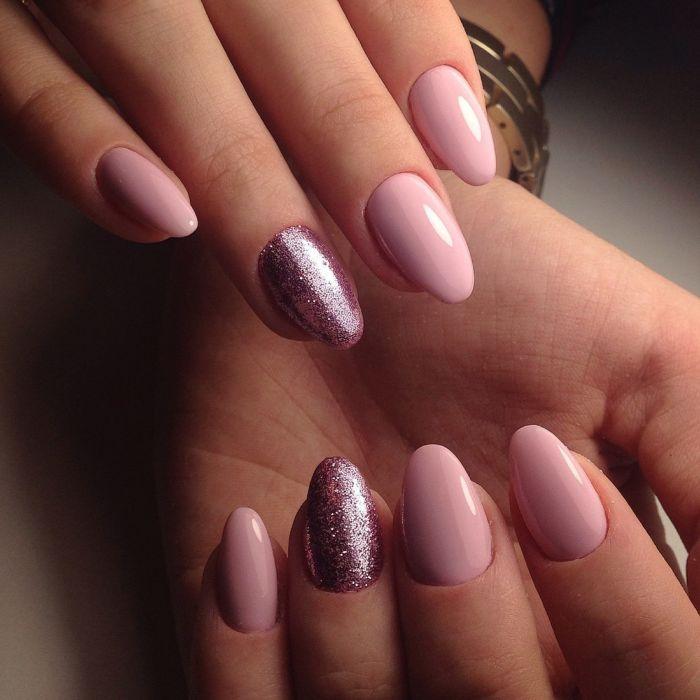 Маникюр гель-лаком с блестками на ногтях