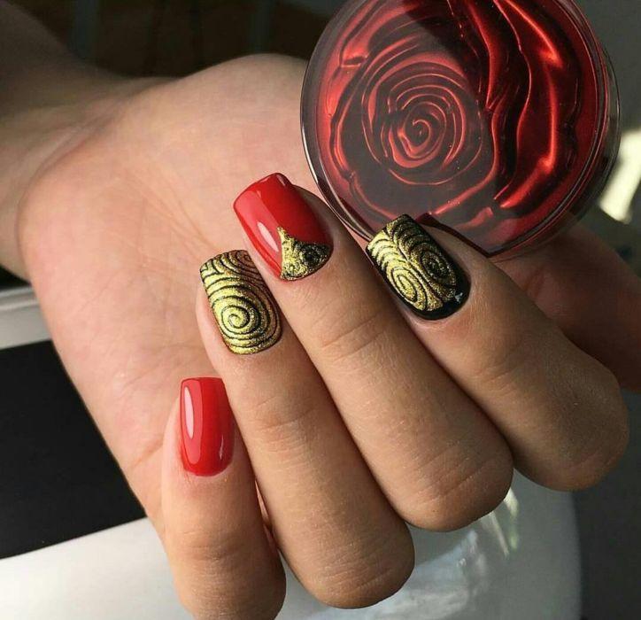 Маникюр гель-лаком с узором блестками на ногтях