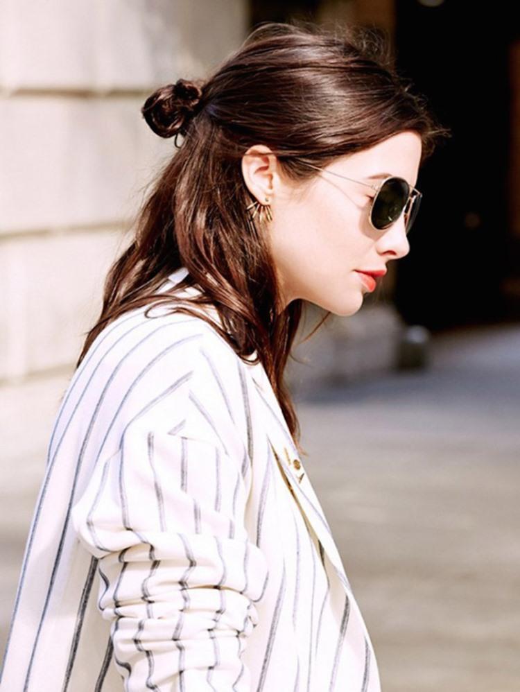 Модная прическа с пучком и распущенными волосами