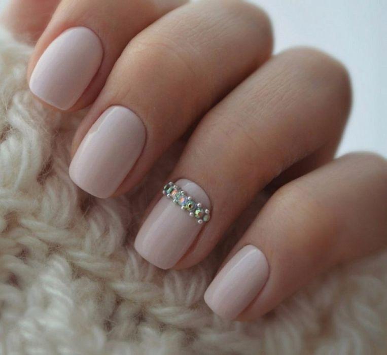Несложный дизайн ногтей гель лаком со стразами, фото