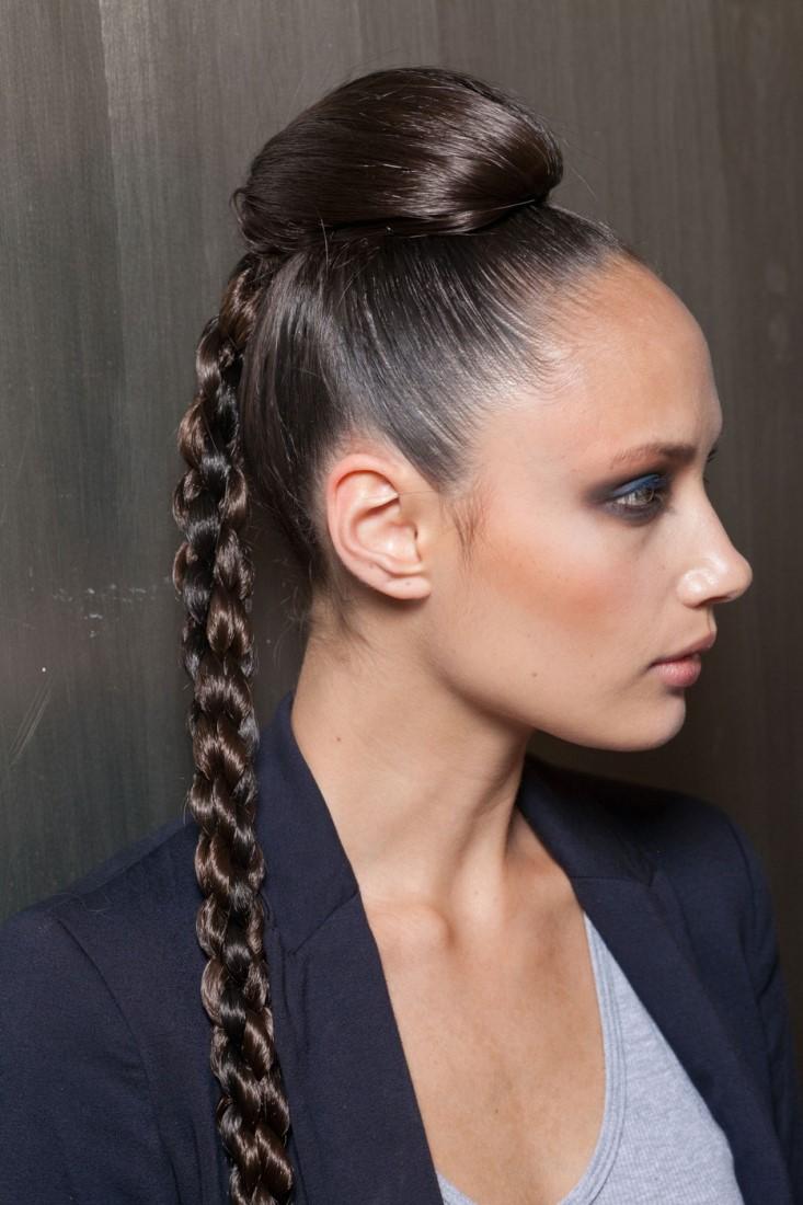 Креативный пучок на длинные волосы
