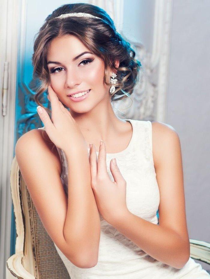 Свадебный вариант греческой прически на средние волосы