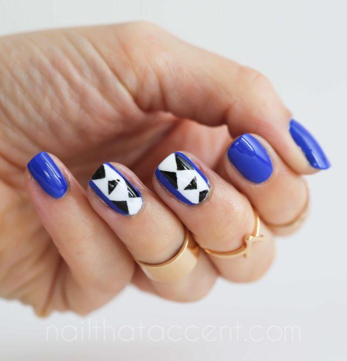 Синий маникюр с оформленной полоской