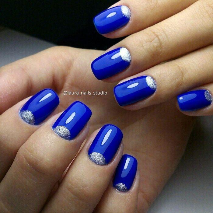 Ярко-синий маникюр