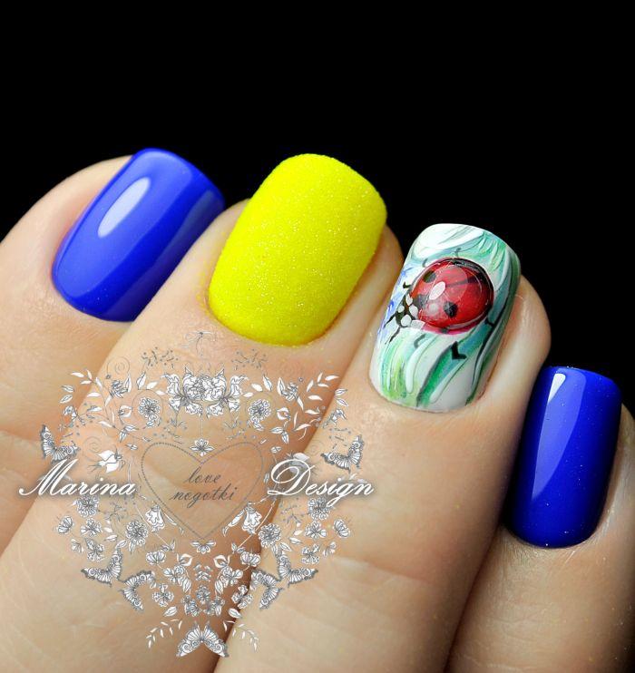 Маникюр синий с желтым
