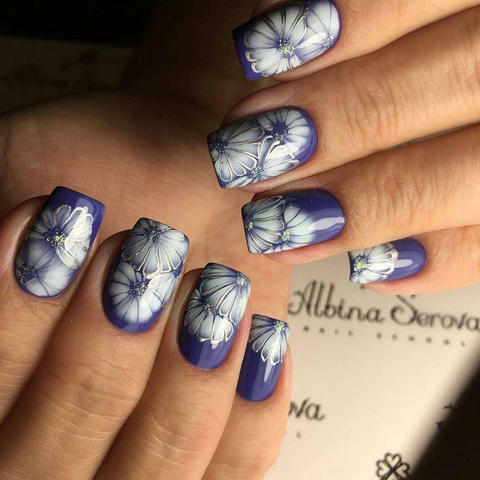 Синий маникюр с цветами по мокрому