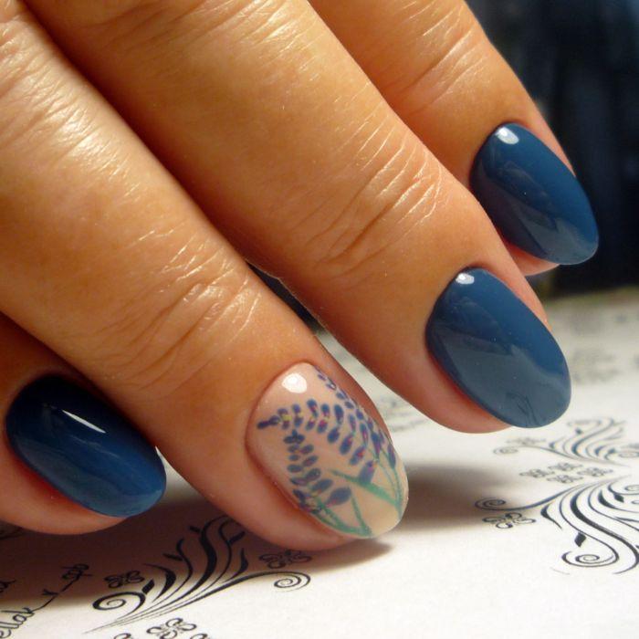 Синий маникюр с рисунком веточки
