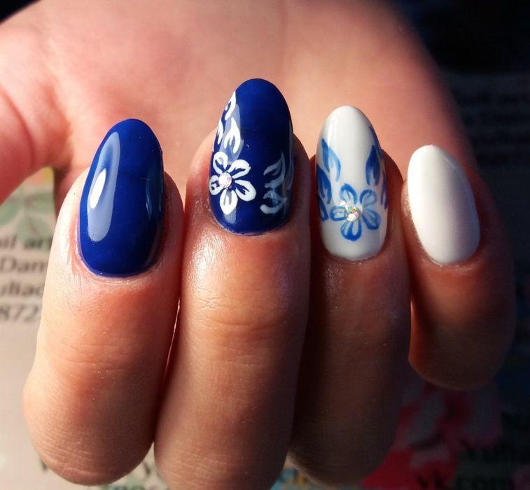Синий маникюр с цветами