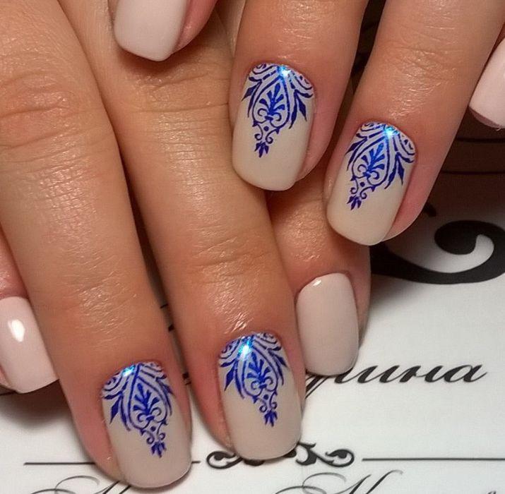 Маникюр с синим рисунком