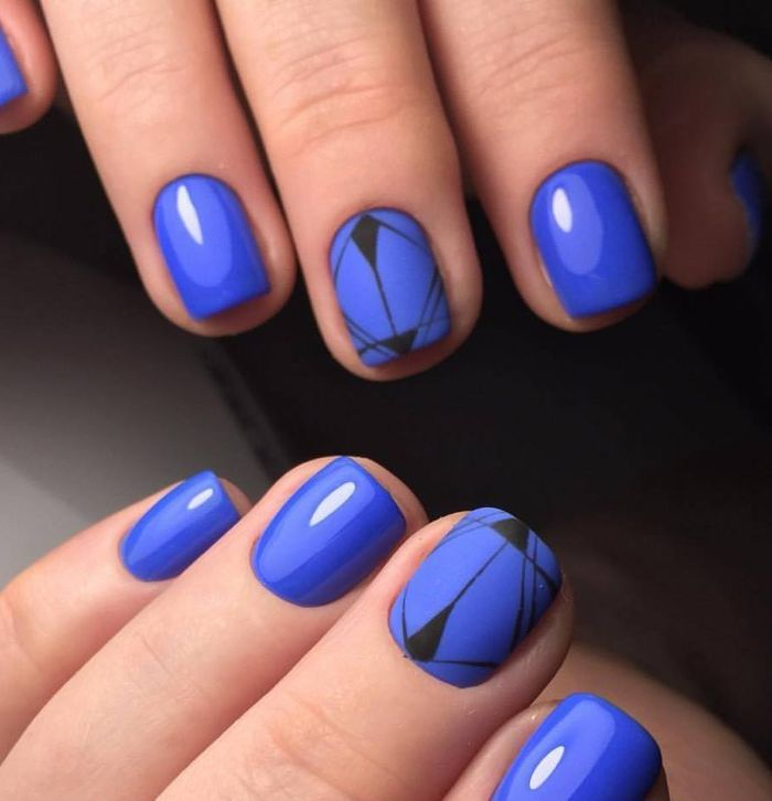Синий маникюр с геометрическим рисунком