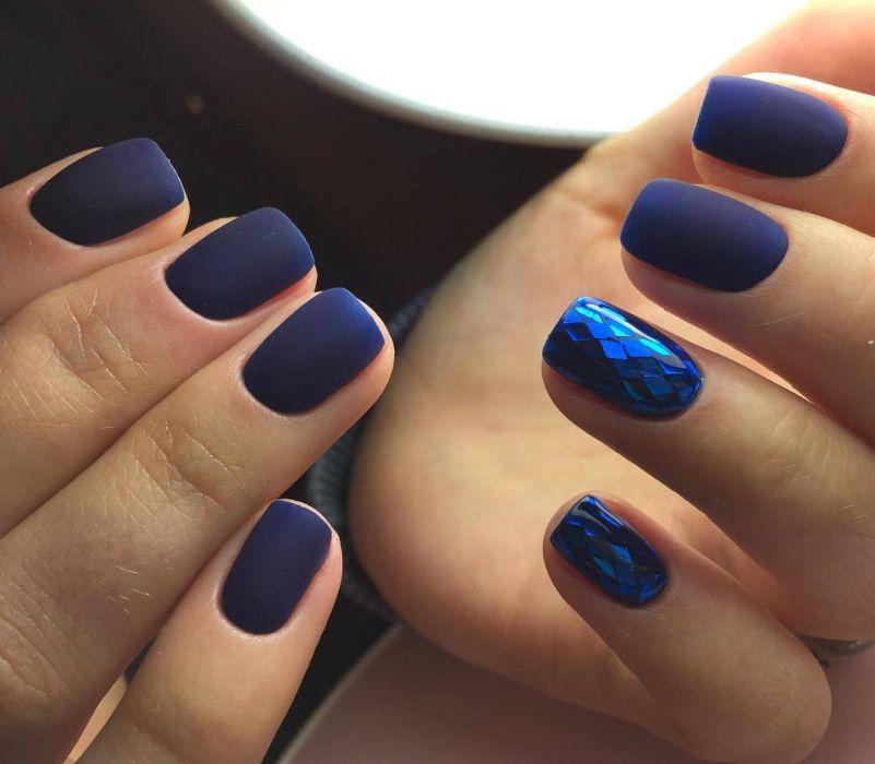 Матовый синий маникюр на короткие ногти