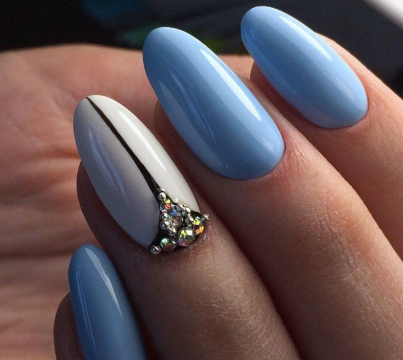Бело-голубой маникюр