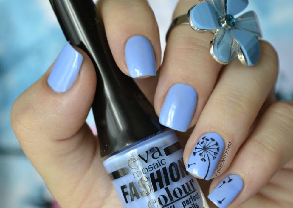 Весенний голубой маникюр с цветами