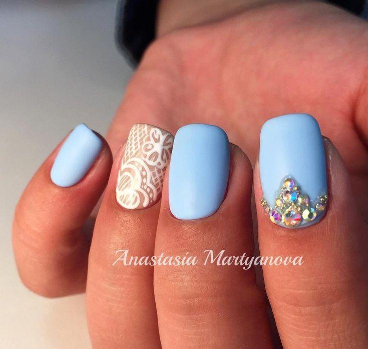 Маникюр голубой с белым гель-лаком