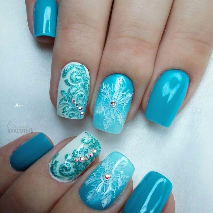 Зимний голубой маникюр со снежинками