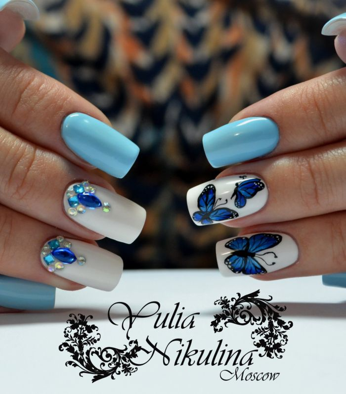 Летний голубой маникюр с бабочками
