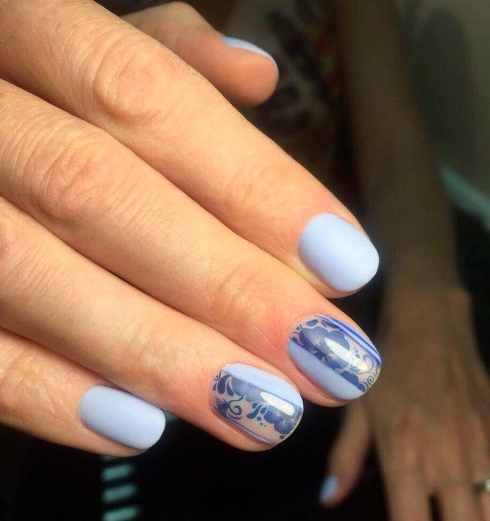 Красивый и модный голубой маникюр
