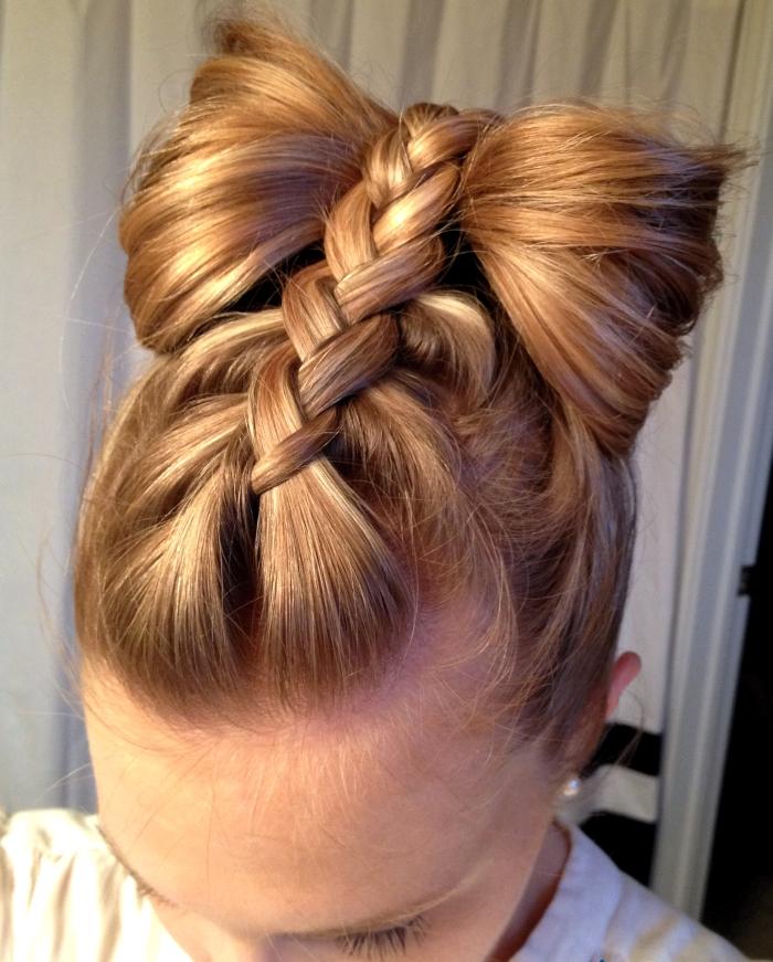 Прическа с бантом из волос на 1 сентября