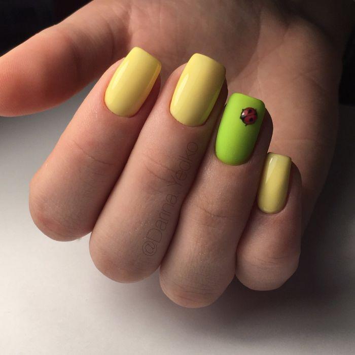 Желтый маникюр с зеленым гель-лаком