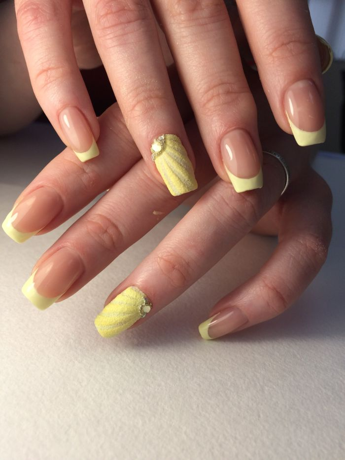 Желтый французский маникюр (френч)